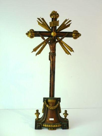 Christ en croix en bois sculpté et polychromé...