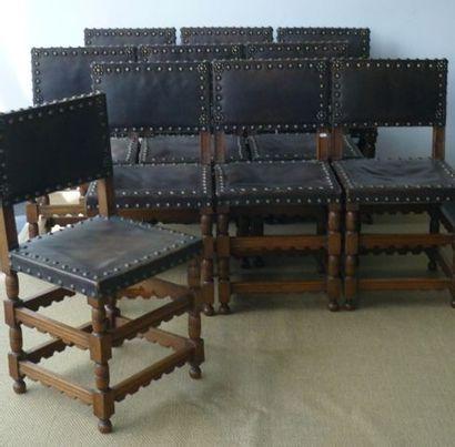 Suite de dix chaises anciennes cloutées dans...