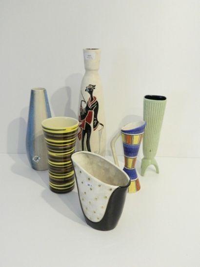 Lot de six vases aux décors polychromes divers,...