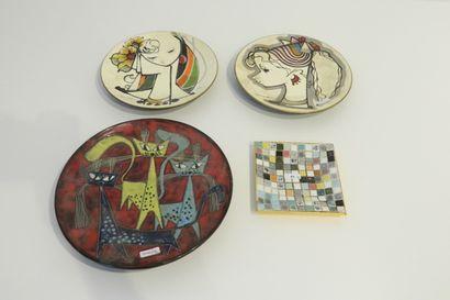 Lot de trois assiettes décoratives aux décors...