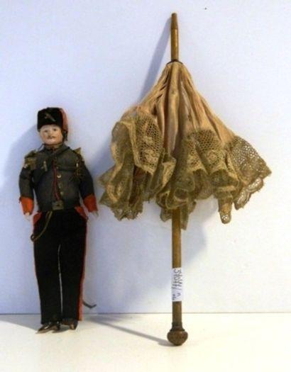 Lot : une ombrelle de poupée en soie bordée...