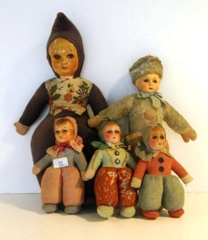 Lot de cinq poupées, tête carton, corps en...