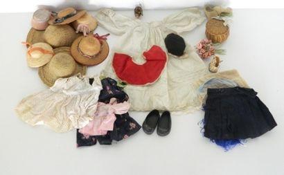 Très important lot de vêtements pour poupée,...