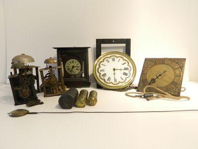 Ensemble de quatre mouvements d'horloge,...