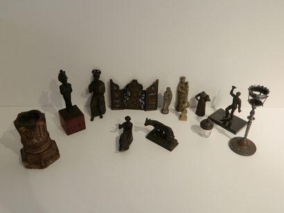 Lot d'objets de curiosité, douze pièces [altérations,...