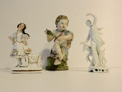 Lot de trois sujets en porcelaine émaillée,...