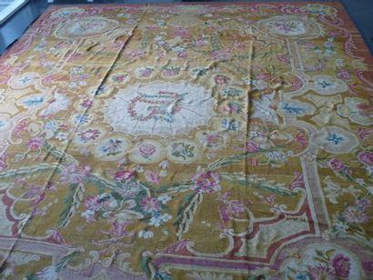 PARIS Rare et important tapis au point de la Savonnerie à motifs de guirlandes fleuries...