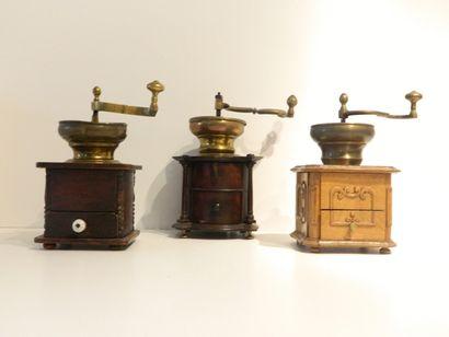 Ensemble de trois moulins à café dont un...
