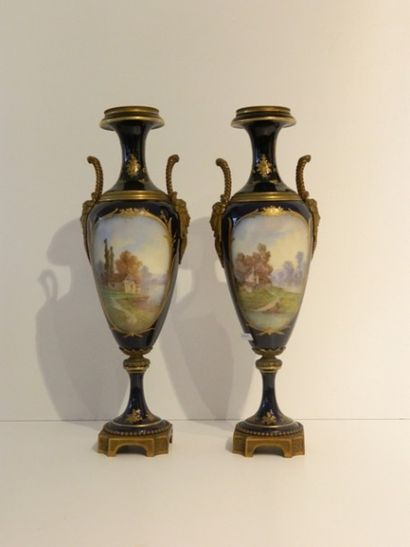 Paire de vases-fuseaux ansés à décor de tableaux...