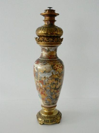 JAPON, vase à décor animé dans des réserves...