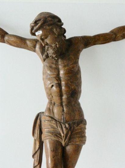 Crucifix d'époque Baroque, XVIIe, chêne sculpté, h. 105 cm, l. 88 cm [accidents,...