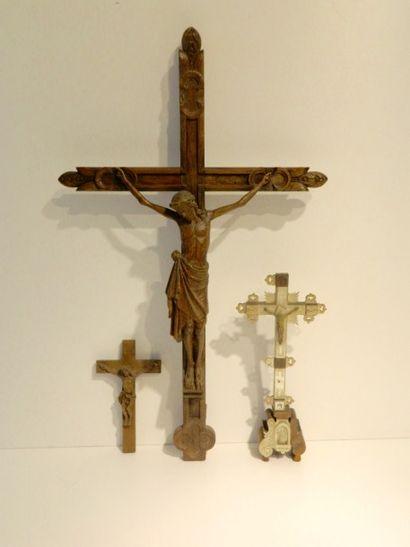 Ensemble de trois crucifix, XIXe, bois sculpté,...