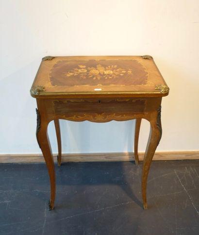 Table à ouvrage de style Louis XV ornée de...