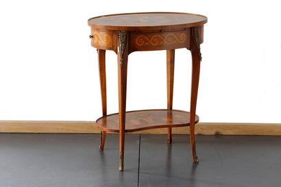 Petite table de salon ovale de style Transition...