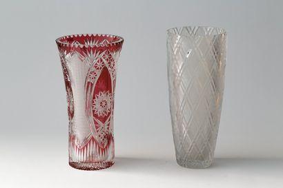 Deux grands vases, XXe, cristal taillé, l'un...