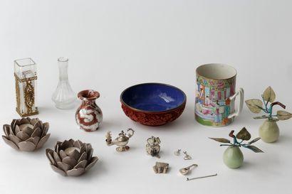 Ensemble d'objets de décoration divers dont...
