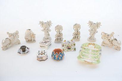 Varia de céramiques européennes, XXe, treize pièces (groupes en biscuit, plat à...