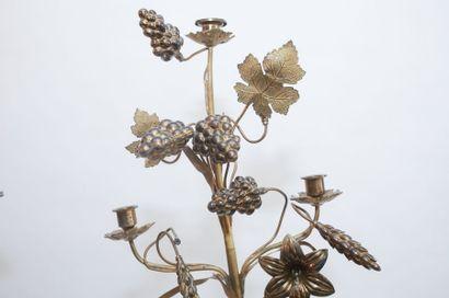Paire de candélabres d'autel en rameau de lys et de pampres, fin XIXe, métal doré,...
