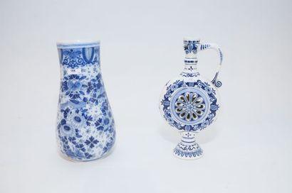 DELFT Deux vases dont un pichet dit pot trompeur, décors en camaïeu bleu, XXe, faïence...