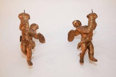 Paire d'angelots d'applique formant pique-cierges, travail ancien, bois stuqué et...