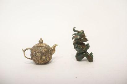 CHINE Deux objets :  - Chimère archaïque, travail ancien, jade sculpté et bronze...