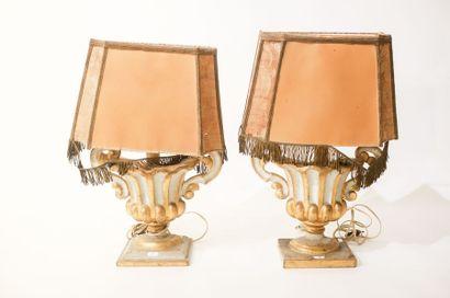 ITALIE Paire d'éléments décoratifs en vase ansé montés en lampe, XIXe, bois sculpté...