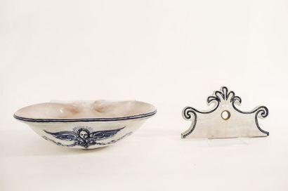 Évier baroque, XXe, céramique émaillée blanc et bleu, l. 50,5 cm.