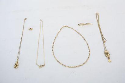 Lot de bijoux (pendentifs, coulants, chaîne, collier, broche et boutons d'oreille)...