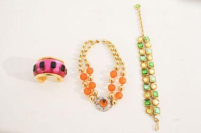 Trois bijoux de fantaisie (collier et deux bracelets).