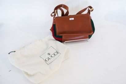 Gucci, Petit sac à main à bande web, marqué, avec housse, l. 22 cm [usures et légères...