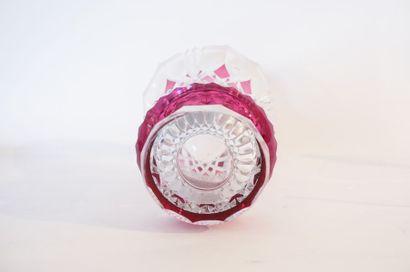 VAL-SAINT-LAMBERT Grand vase-cornet, XXe, cristal taillé doublé rubis, marqué au...