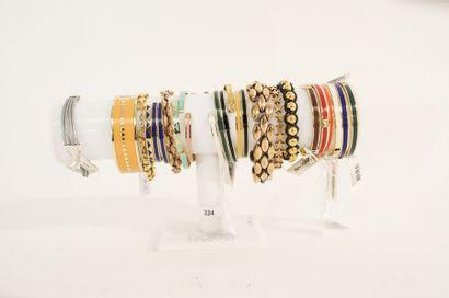 Lot de bracelets de fantaisie en métal principalement émaillé, vingt-cinq pièces...