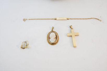 Lot de bijoux (pendentifs dont un avec camée, coulant, bracelet et boucles d'oreille)...