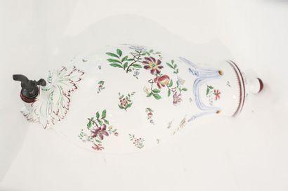 SARREGEMINES Fontaine d'applique à décor floral polychrome, XXe, faïence, marquée...