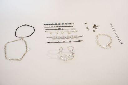Lot de bijoux de fantaisie (pendentifs, colliers,...
