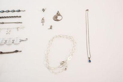 Lot de bijoux de fantaisie (pendentifs, colliers, bracelets et bague) en argent...