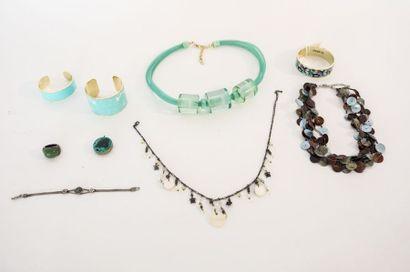 Lot de bijoux de fantaisie camaïeu vert (pendentif,...