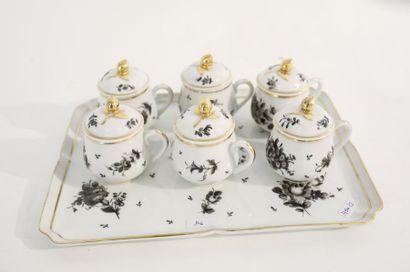 Suite de six crémiers et leur plateau, décor floral en camaïeu gris rehaussé d'or,...