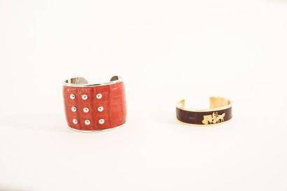 Deux bracelets de fantaisie en métal gainé...