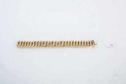 Bracelet à grosses mailles torsadées en or...