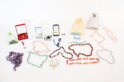Important lot de bijoux de fantaisie (colliers, bracelets, boucles d'oreille, gemmes,...