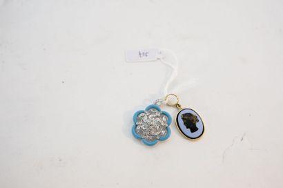 Deux pendentifs dont un ajouré serti de brillants,...