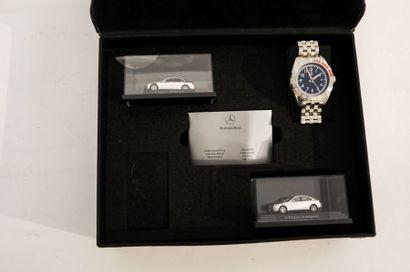 MERCEDES-BENZ Montre-bracelet en acier et deux modèles réduits C-Klasse dans leur...