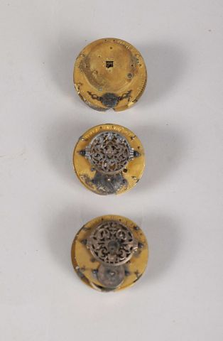 Trois mouvements de montres à verge (oignons)...