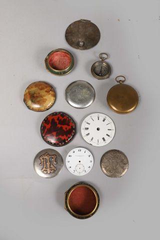 Dos et boîtiers de montres dont quatre du...