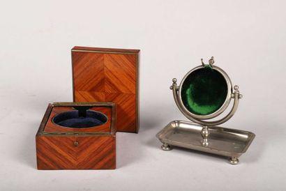 Deux porte-montres dont un en bois poli à...