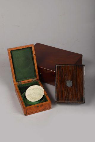 Trois boîtes de montre en bois poli dont...