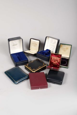 Neuf étuis pour montres de poche de diverses...