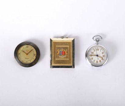Trois montres dont une rectangulaire dépliante...