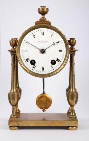 Pendulette de bureau portique, signée 'Janvier'...